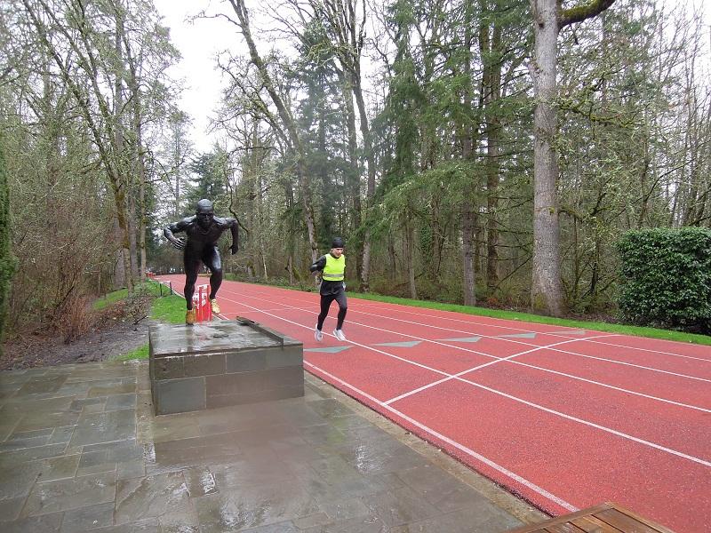 new style 26166 43542 Jag springer Michael Johnson track vid Nikes huvudkontor i Beaverton  utanför Portland. Här står den fyrfaaldige OS-guldmedaljören staty.